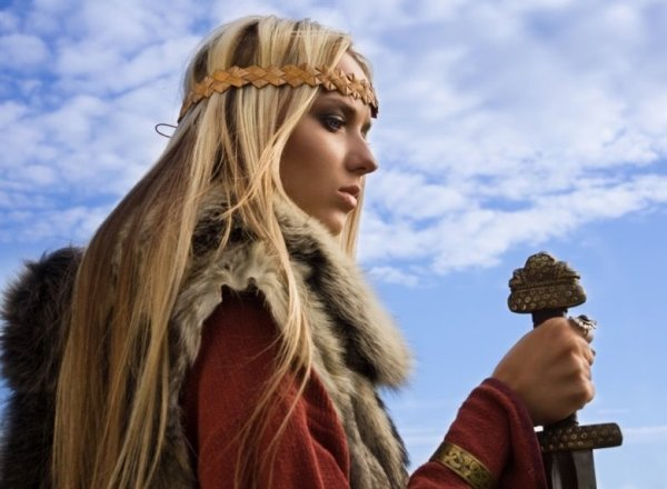 blonde-viking-woman-sword